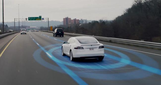 Tesla aggiorna il sistema Autopilot