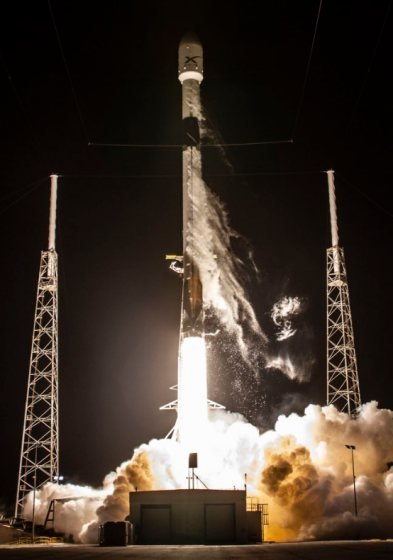 SpaceX porta in orbita i primi 60 satelliti per offrire connettività a banda ultralarga